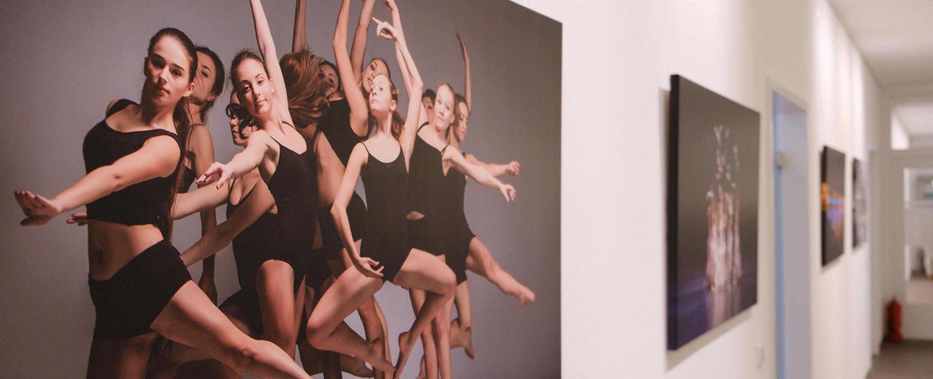 Flurwand mit Bildern tanzender Frauen - Frauenarzt Frauenärztin Gynäkologie Pränataldiagnostik Essen