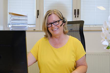 Mitarbeiterin am Telefon - Frauenarzt Frauenärztin Gynäkologie Pränataldiagnostik Ersttrimesterscreening DEGUM II Essen