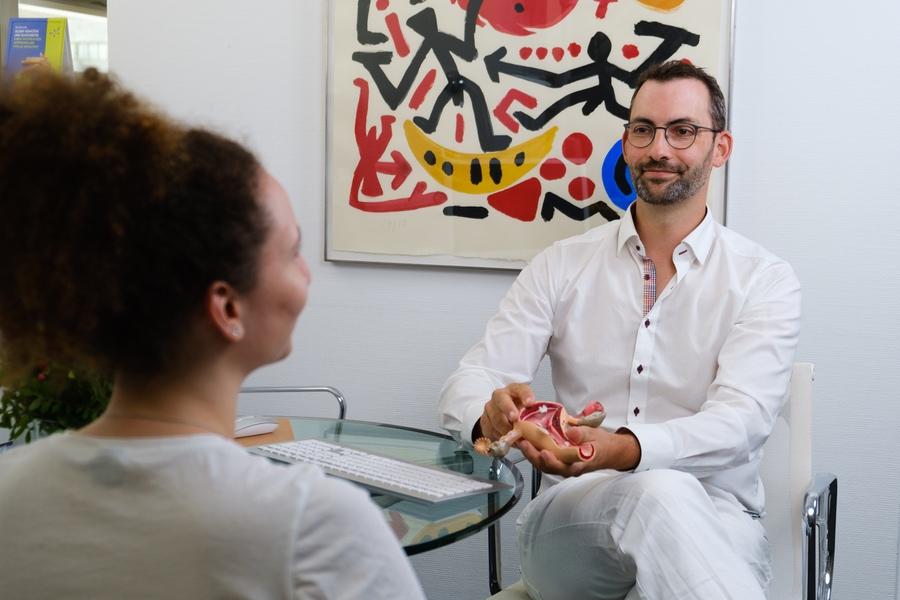 Frauenarzt berät Patientin - Frauenarzt Frauenärztin Gynäkologie Pränataldiagnostik Essen