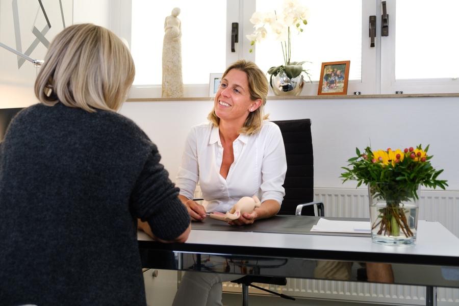 Frauenärztin berät Patientin - Frauenarzt Frauenärztin Gynäkologie Pränataldiagnostik Essen