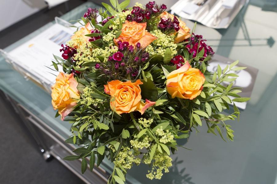 Blumenstrauss auf Schreibtisch - Frauenarzt Frauenärztin Gynäkologie Pränataldiagnostik Essen