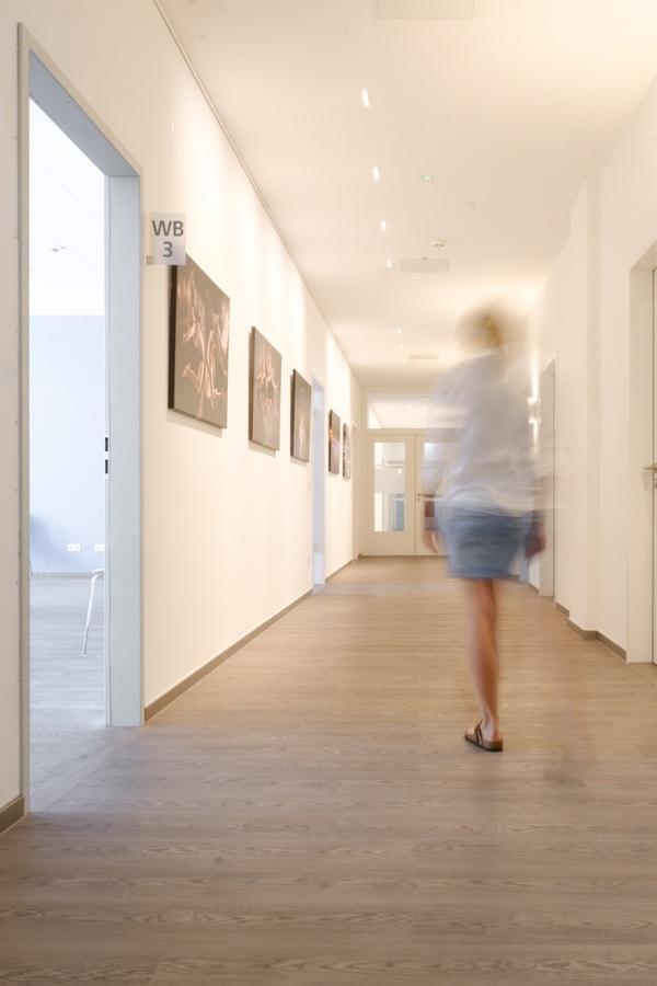 Frau geht Flur entlang - Frauenarzt Frauenärztin Gynäkologie Pränataldiagnostik Essen