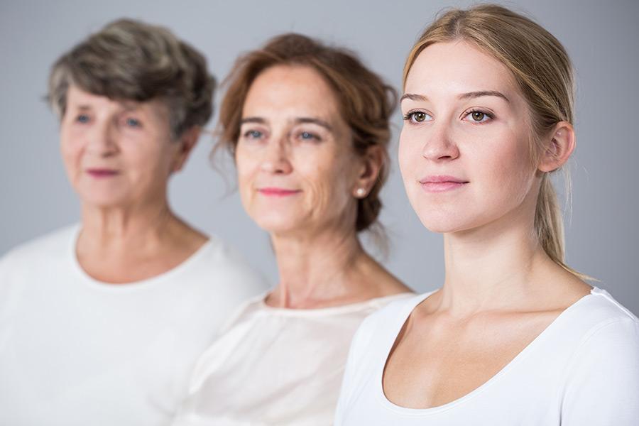 Foto drei Generationen Frauen - Frauenarzt Frauenärztin Gynäkologie Pränataldiagnostik Essen
