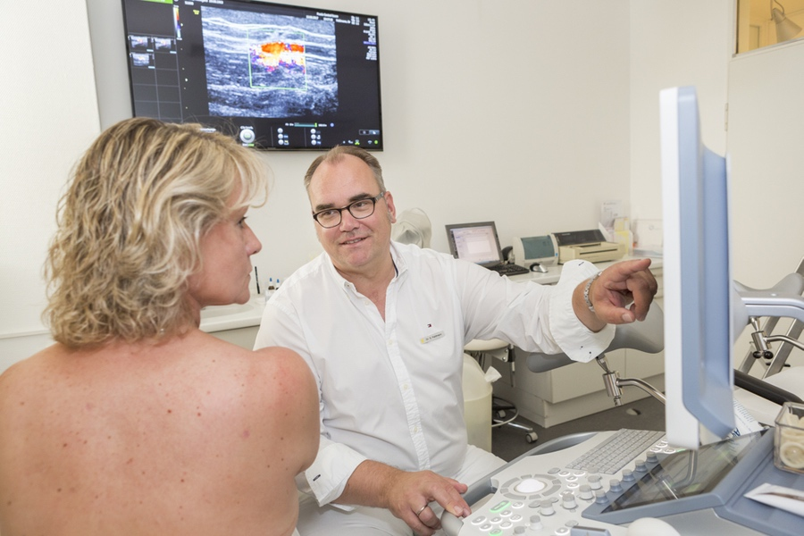 Foto einer Ultraschalluntersuchung zur Brustdiagnostik - Frauenarzt Frauenärztin Gynäkologie Essen