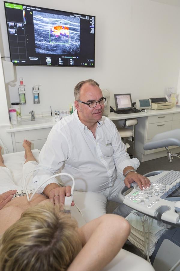 Foto einer Ultraschalluntersuchung zur Brustdiagnostik - Frauenarzt Frauenärztin Gynäkologie Pränataldiagnostik Essen