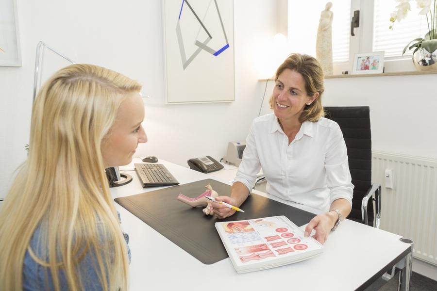 Frauenärztin berät junge Frau in der Mädchensprechstunde - Frauenarzt Frauenärztin Gynäkologie Pränataldiagnostik Essen