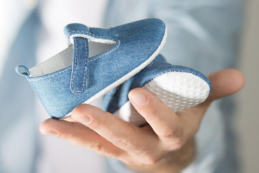 Foto blaue Babyschuhe Schwangerschaftsbetreuung Kinderwunsch Pränataldiagnostik